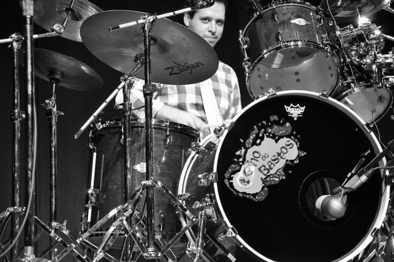 Ocho de Bastos' Raul on drums